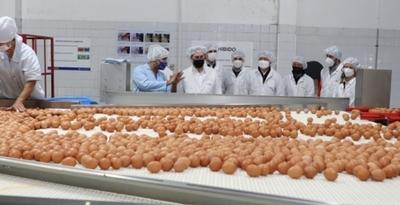 Autoridades del MIC visitaron complejo avícola líder en la producción de huevos