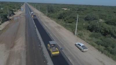 Colocan la primera capa de asfaltado en el acceso a Neuland