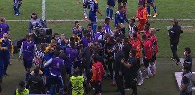Enfrentamientos, gas pimienta y jugadores detenidos: El escándalo de Boca en Brasil