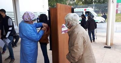 La Nación / Abuelos vacunados acompañan a sus nietos a inmunizarse contra el COVID-19