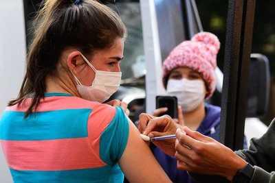 Destacan entusiasmo de jóvenes que comenzaron a vacunarse desde hoy