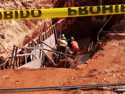 Pozo se desmorona en Asunción: logran rescatar a dos obreros