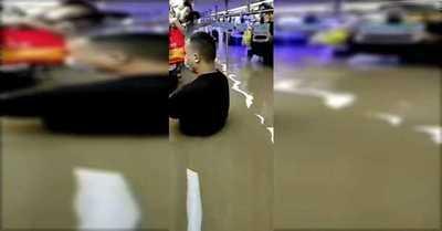 El agua llegó hasta el metro: Al menos 16 muertos por fuertes inundaciones en China