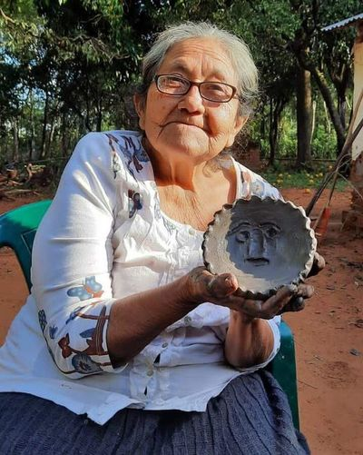 Declaran tesoro nacional vivo a alfarera de Yaguarón