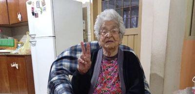 ABUELA VENCIÓ AL COVID A SUS 100 AÑOS: «GRAN PARTE LA VACUNA LE AYUDÓ»