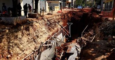 La Nación / Bomberos rescatan a dos obreros atrapados tras derrumbe de obra en Asunción