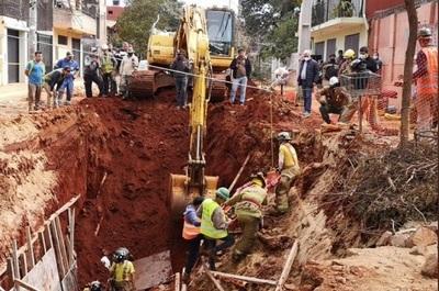 Rescatan a dos obreros tras derrumbe en el barrio Pinozá