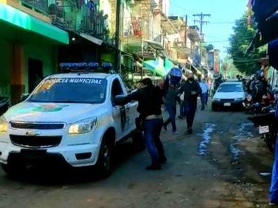 Despeje de la calles del mercado de abasto terminó en una batalla campal