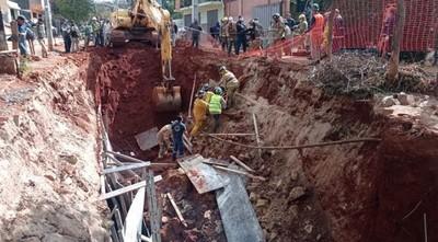 Dos heridos tras derrumbe en obra cloacal de Asunción