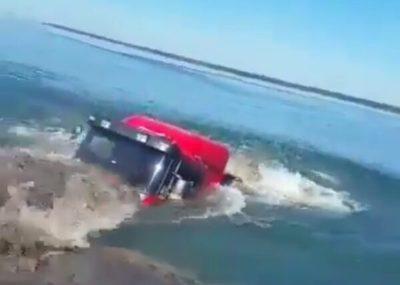 Camión se sumerge en el río Paraná