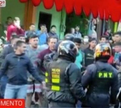 Comerciantes atacan a policías de tránsito en Ciudad del Este