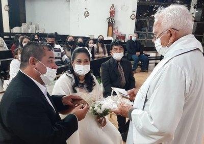 Crónica / Virus contagió más amor a pareja: ¡Se dieron el sí!
