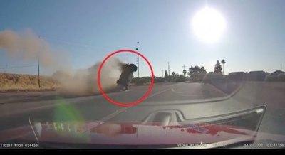 """Crónica / Al estilo """"Toreto"""" voló auto en plena carretera"""