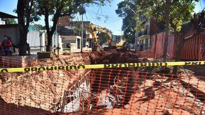 Derrumbe de obra de desagüe deja cuatro trabajadores heridos