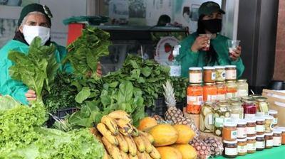 Frente a la sede del Ministerio de la Mujer se realiza feria de productos hortícolas