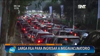 Larga fila para ingresar al megavacunatorio