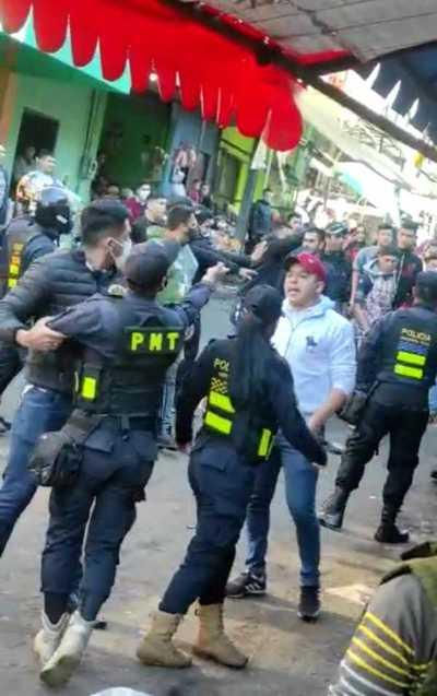 Batalla campal en el mercado de abasto de CDE tras intento de despeje de calles