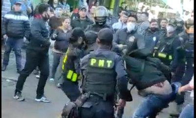 Violenta reacción de comerciantes ante intento de ordenamiento en el Mercado de C. del Este – Diario TNPRESS