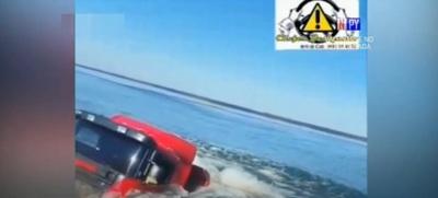 Camión cae al río Paraná en Ayolas