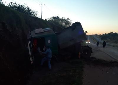 Vuelco de camión deja daños materiales en Yguazú