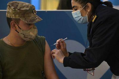 Argentina inmuniza con una dosis a medio país y quiere acelerar la segunda