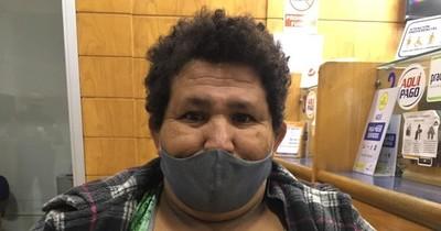 """La Nación / Viral: se vacunó """"la señora que besa"""" en los colectivos"""
