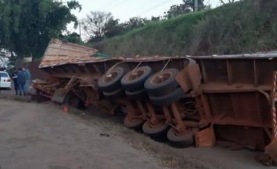 Camión con carga de chía vuelca tras evitar impactar contra automóvil