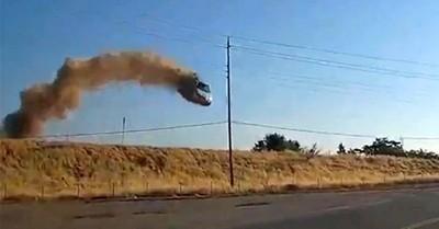 Auto vuela 15 metros antes de chocar en una autopista en EE.UU.