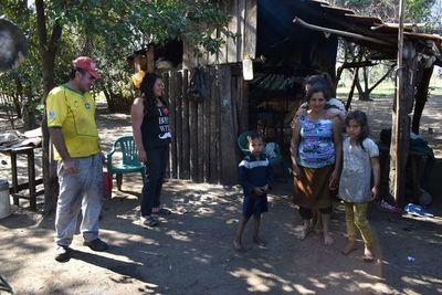Una familia sobrevive con mandioca y de la caridad de sus vecinos en Ayolas