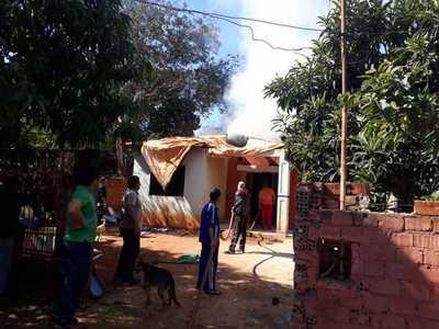 Fuego consume parcialmente una vivienda en Hernandarias