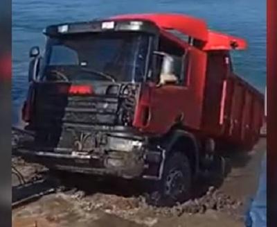 Logran sacar el camión que se sumergió en el Paraná