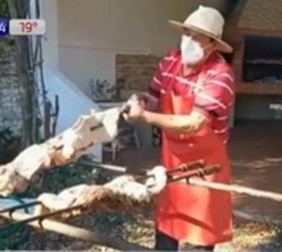 Médico vence al covid y lo celebra repartiendo asado y bocaditos