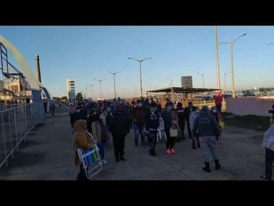 ADOLESCENTES LLEGAN MASIVAMENTE AL CENTRO CÍVICO PARA INMUNIZARSE
