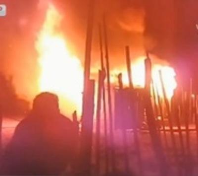 Mujer en aparente estado etílico provoca incendio en humilde vivienda