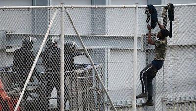 Cerca de 240 migrantes saltaron la valla de Melilla que separa Marruecos de España
