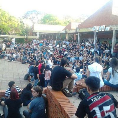 Protestan por situación de estudiantes de FADA UNA para aplicar al examen de admisión