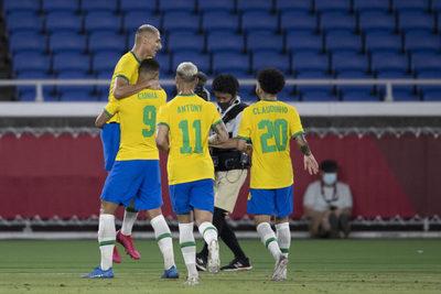 Brasil arranco con goleada y Argentina sufrió un traspié