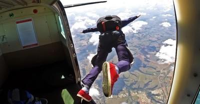 Hombre sobrevive a una caída de 4.500 metros luego de que su paracaídas no se abriera