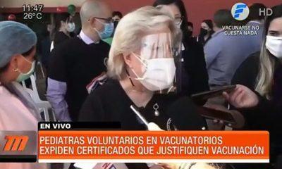 Pediatras voluntarios expiden certificados en vacunatorios