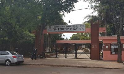 Hurtan vehículo estacionado frente al colegio Pedro P. Peña de Coronel Oviedo