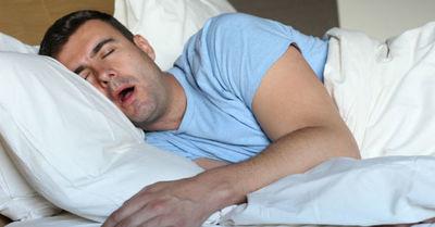 La razón por la que nuestro cuerpo da saltos involuntarios cuando nos estamos quedando dormidos