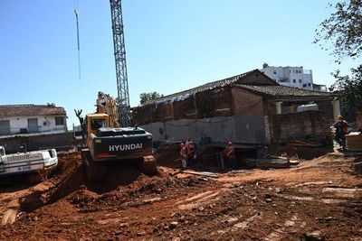 Casa histórica está en mal estado, según informe, pero edificio avanza a su lado