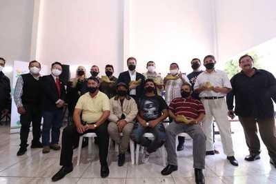 Comisión de Zapateros de la ciudad de Caaguazú, reciben materiales para mejorar y promocionar sus productos