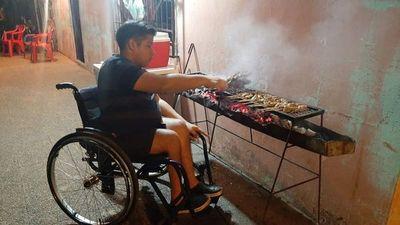 Joven con discapacidad se gana la vida vendiendo asaditos