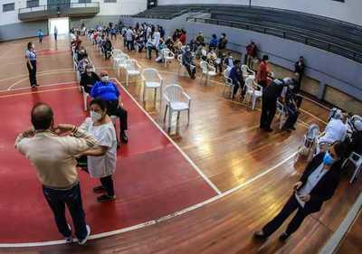 Separarán filas en vacunatorios para agilizar tiempos de espera de adultos mayores
