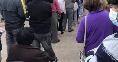 La Nación / Adultos mayores se quejan por aglomeración y desorden en Hospital de Trinidad
