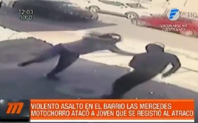 Motochorro golpea a una mujer por resistirse a asalto