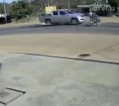 ¡Impactante! Motociclista se salva de milagro