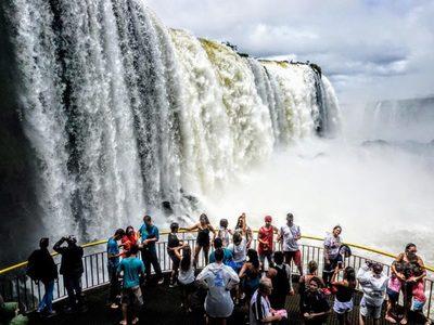 En Brasil esperan mayor afluencia de turistas, y aquí el comercio sigue en crisis