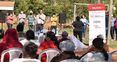Firman contrato para la construcción de más viviendas en Caazapá